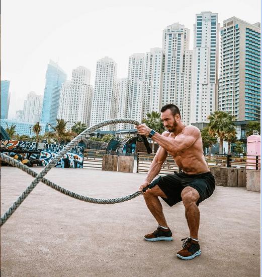 Entrainement d'un homme avec des cordes